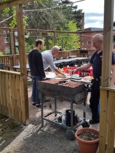 Claes, Göran och Kenth laddar upp inför grillningen