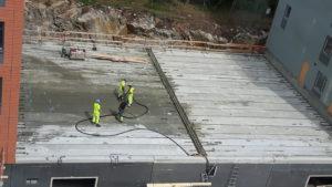 2016-06-30 Mellan hus 1 och 2 - Garagets tak på plats