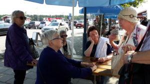 Lillemor visar nyinköpet för Birgit Å, Kerstin K, Inger Ö och Ruth