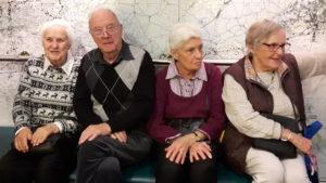 2016-11-08 Sigrid, Karl-Erik, Inger J och Saiy i väntan på mat
