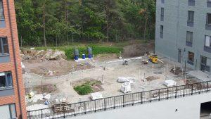2017-06-09 Arbete pågår vid uteplatserna ovanpå garaget - hus 2