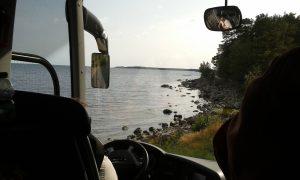 2017-08-24 Dags för hemfärd. Den börjar längs den slingrande, smala Ringvägen som bjuder på många vackra vyer. Björn, vår chaufför, är trygg och glad åt att vägen är enkelriktad.