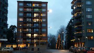 2017-12-09 Julgran på Annebodavägen mellan nr 47 t.v. och 82.