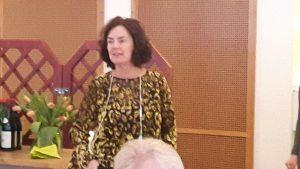 """2018-02-27 Christel Haglund hälsade oss välkomna. Vi var många som hörsammat hennes mingelinbjudan - fler än hundra """"gamla som nya"""" seniorer."""
