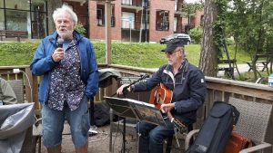 2018-05-17 Vårstädning - Jonny presenterar vår egen trubadur, Björn Söderstedt.
